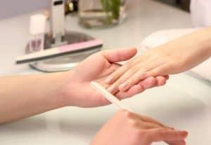 Nagelpflege mit Feile